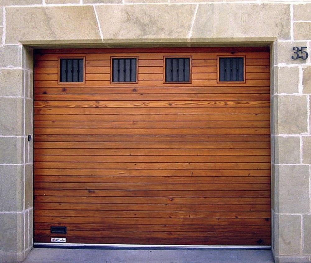 barnizado-de-puerta-de-garaje-de-madera-en-Logroño.