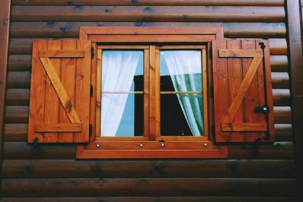 ventana-y-contraventana-barnizada-en-Logroño